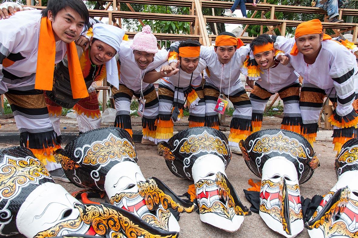 RITORNO DAL MORTO: PHI TA KHON FESTIVAL - FESTIVAL DI FANTASMA DELLA THAILANDIA