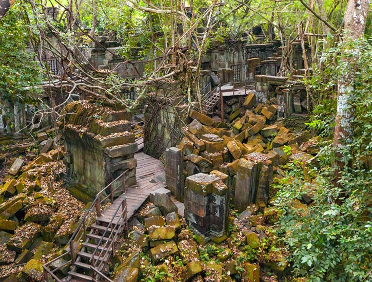Beng Mealea Temple ruines in the middle of jungle forest