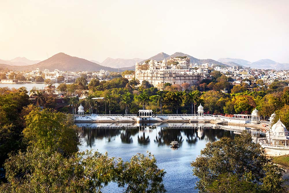 Lake Pichola with City Palace view in Udaipur, Rajasthan, India.