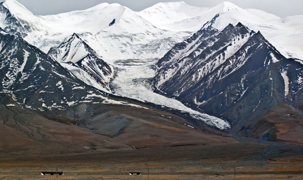Yuzhu Peak is also called Kekesejimen Feng, located about 10 km east from the Kunlun Pass and 160 km from Golmud. It is the highest peak of the eastern Kunlun Mountains.